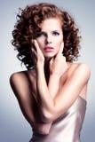 有魅力构成和时髦的发型的美丽的妇女 免版税库存照片