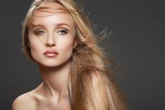 有魅力构成的美丽的时装模特儿妇女 免版税库存图片