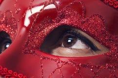 有魅力红色面具的小姐 免版税库存照片
