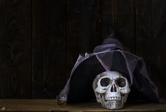 有魔术师帽子的人的头骨 免版税库存照片
