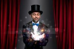 有魔术的魔术师在棕榈 库存图片
