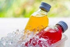 有鲜美饮料的瓶 免版税库存图片