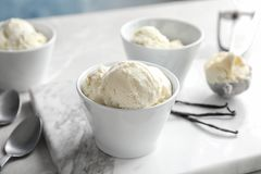 有鲜美香草冰淇淋的碗 免版税库存图片
