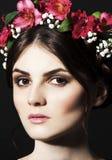 有鲜花外缘的美丽的妇女在头和构成 库存图片