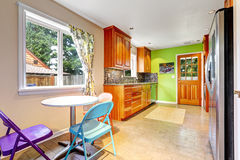 有鲜绿色的墙壁的厨房室 免版税图库摄影