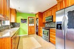 有鲜绿色的墙壁的厨房室 库存图片