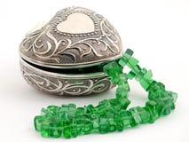 有鲜绿色项链的小箱 免版税库存照片