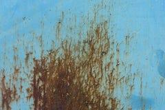 有鳞状铁锈的浅兰的墙壁 图库摄影