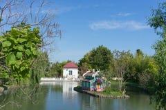 有鸟和鱼的一个美丽的池塘和鸟的一个房子 库存照片