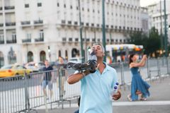 有鸟的人们在雅典,希腊 库存照片