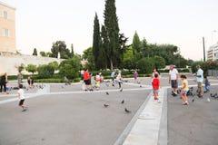 有鸟的人们在雅典,希腊 库存图片