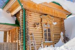 有鸟的椋鸟科房子在一个木大厦的墙壁上 图库摄影