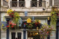 有鸟笼的逗人喜爱的商店在科尔马,法国 库存照片
