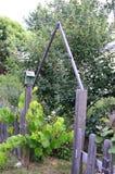 有鸟舍的古板的花园大门 库存照片