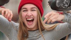有鸠的年轻笑的妇女在她的在室外的手上 股票录像