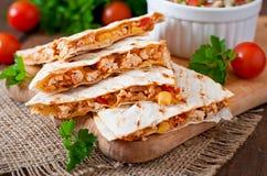 有鸡、玉米和甜椒的墨西哥油炸玉米粉饼套 免版税图库摄影