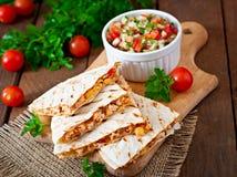 有鸡、玉米和甜椒的墨西哥油炸玉米粉饼套 免版税库存照片