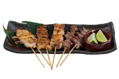 有鸡和内脏的Yakitori日本式烤鸡串服务与被切的石灰 免版税库存照片