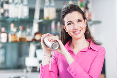 有鸡尾酒搅拌器的美丽的女服务员 免版税库存照片