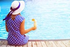 有鸡尾酒杯的少妇在海滩 免版税库存图片