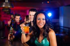有鸡尾酒的人们在酒吧或俱乐部 图库摄影