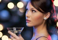 有鸡尾酒的妇女 免版税库存图片