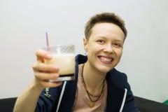 有鸡尾酒的微笑的女孩 免版税图库摄影