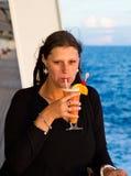 有鸡尾酒的愉快的妇女在游轮 图库摄影