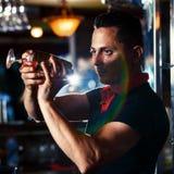 有鸡尾酒的新酒吧招待 免版税库存图片