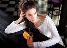 有鸡尾酒的美丽的可爱的女孩 免版税图库摄影