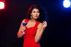 有鸡尾酒的美丽的性感的妇女在夜总会 免版税库存图片