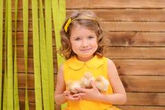 有鸡的女孩在宽容复活节 图库摄影