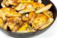 有鸡的煎锅 免版税库存图片