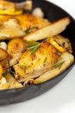 有鸡的煎锅 免版税图库摄影