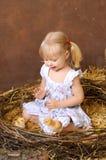 有鸡的白肤金发的女孩 免版税库存照片