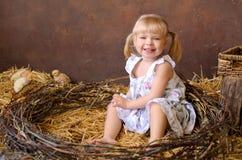 有鸡的白肤金发的女孩 库存照片