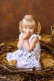 有鸡的白肤金发的女孩 图库摄影