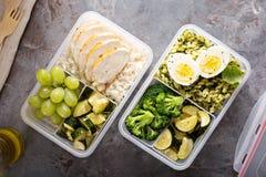 有鸡肉和大米的健康膳食预习功课容器 库存照片