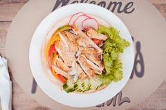 有鸡肉沙拉的板材在桌上 凯萨色拉 免版税库存照片