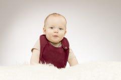 有鸭子面孔的逗人喜爱的矮小的男婴,可爱的婴孩画象 免版税图库摄影