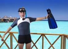 有鸭脚板、面具和管的年轻体育人在一个房子的sundeck在海的 马尔代夫 库存图片