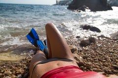 有鸭脚板的性感的潜水者女孩 图库摄影
