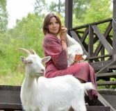 有鹅和山羊的妇女 免版税库存图片