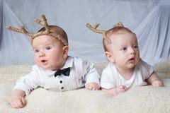 有鹿垫铁的婴孩在明亮的背景 库存图片