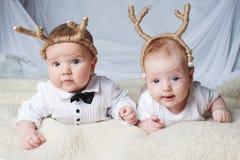 有鹿垫铁的婴孩在明亮的背景 免版税图库摄影