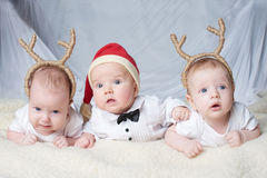 有鹿垫铁的婴孩在明亮的背景 库存照片