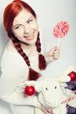 有鹿玩具的年轻redhair妇女 免版税库存图片