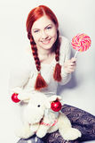 有鹿玩具的年轻redhair妇女 库存图片