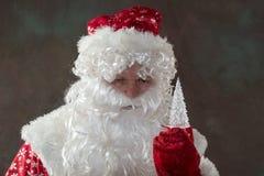 有鹿的圣诞老人从经典红色衣裳的拉普兰 童话愉快的圣诞节的概念 快活的圣诞节 免版税库存图片
