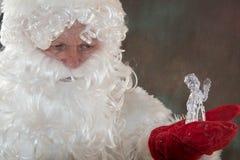 有鹿的圣诞老人从经典红色衣裳的拉普兰 童话愉快的圣诞节的概念 快活的圣诞节 免版税图库摄影